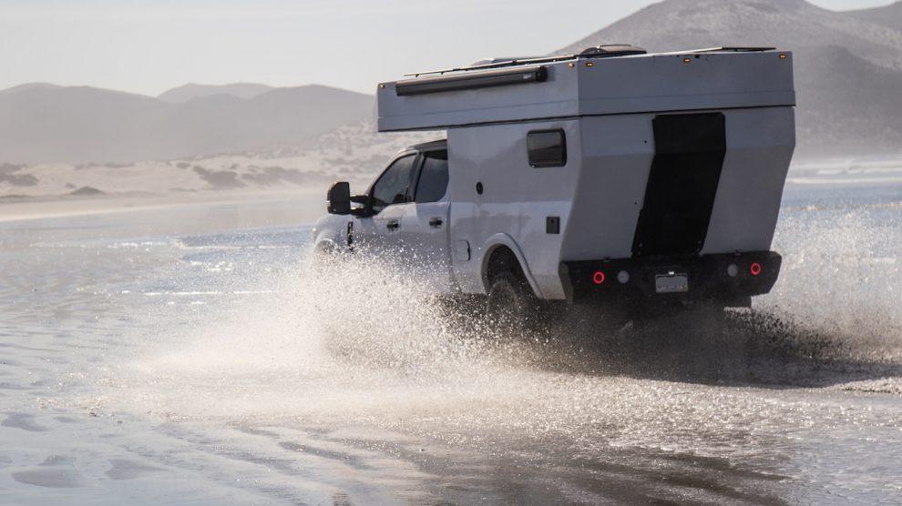 El remolque de camión Rossmӧnster Overland Baja reemplaza por completo la plataforma de recolección