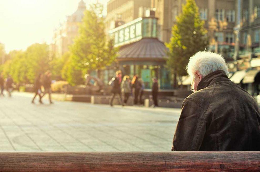 Hombre mayor en un banco