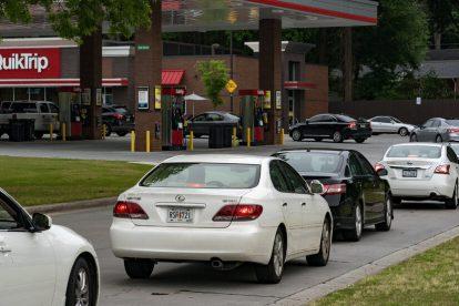 La escasez de gasolina provoca compras de pánico y largas colas en algunas estaciones