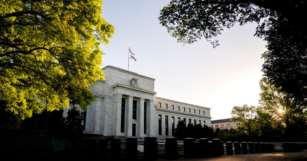 """Un vicepresidente de la Fed dice que tratar de sofocar la inflación puede """"restringir"""" la recuperación."""