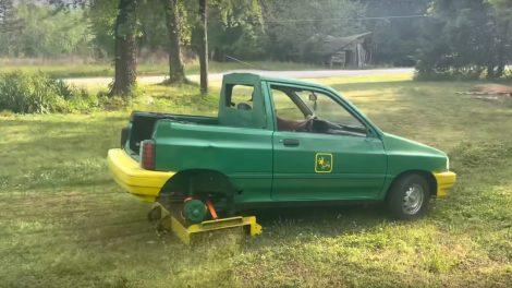 YouTuber convierte el pequeño Ford Hatchback en una cortadora de césped gigante