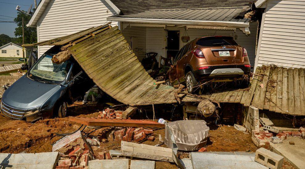 Cómo las decisiones del gobierno dejaron a Tennessee expuesta a inundaciones mortales