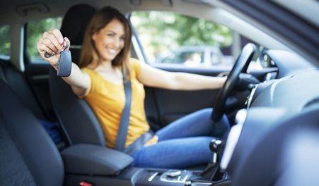 chica con mando coche